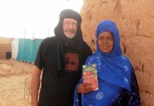 Presidente de Amal haciendo entrega de semillas