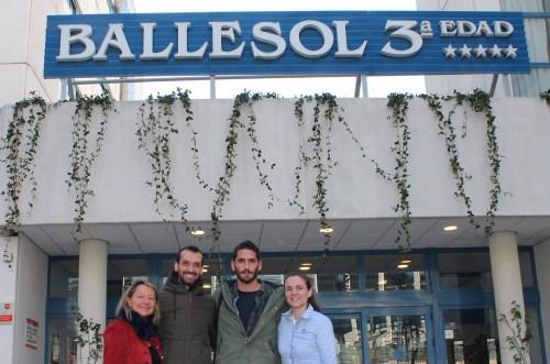 Miembros de AMAL recogiendo el material donado por BALLESOL